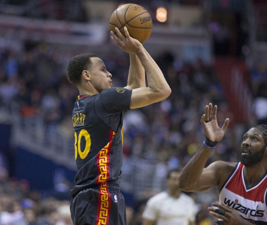 Un maestro en el control del cerebro. La estrella de la NBA, Steph Curry tira desde lejos.